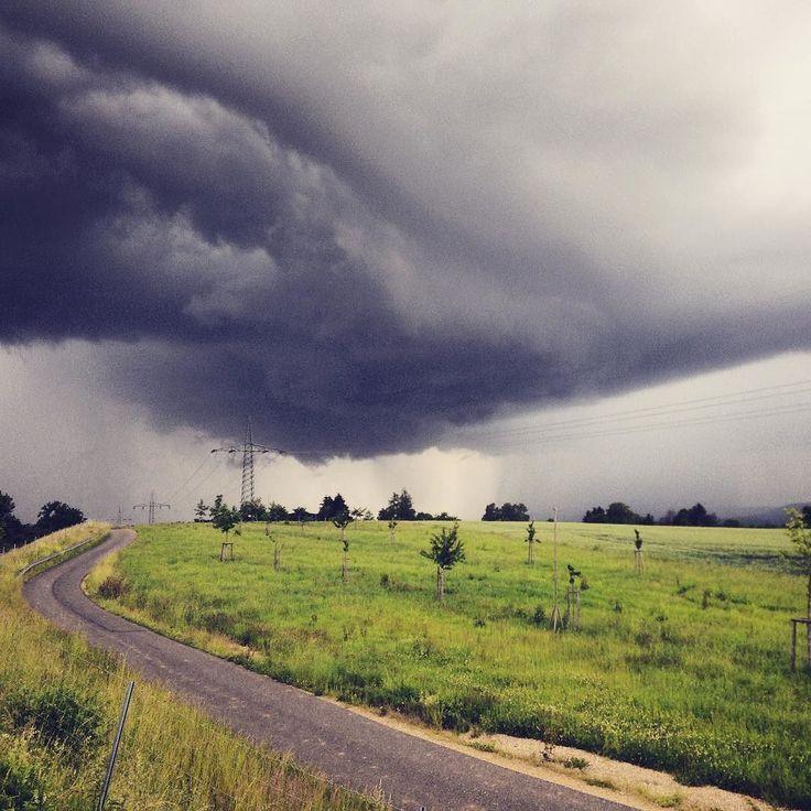 Stormchasing with Bjørn #stormchaser #gewitter #vielpassiert #armageddon #clouds #storm #rainy #colorful #roadslikethese #explorer #vanlife #grizzlybjørn #drama #sky #survived #instatravel