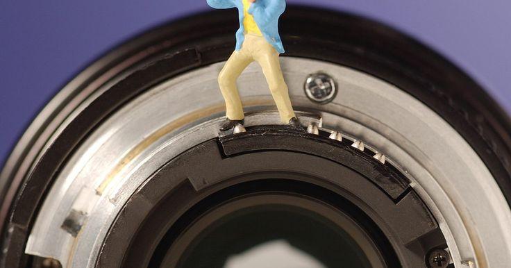 """Que son las lentes """"Prime"""" de Canon?. Una lente prime tiene una longitud focal fija. Esto difiere de una lente de zoom, que se puede ajustar a lo largo de una gama de distancias focales. La longitud focal de una lente determina su ángulo de visión y factor de ampliación. Canon, un fabricante de cámaras y lentes bien establecida, ofrece una gran selección de objetivos de focal fija y ..."""