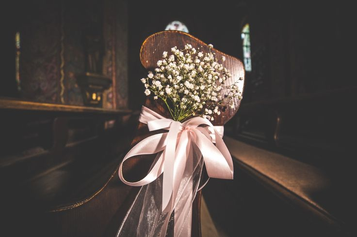 bukiety na ławkach w kościele / pews in the church