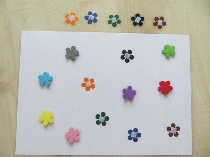 Montessori DIY - Coloured Flowers Montessori pomůcka vyrobená doma - párování, barvy, složitější verze. V jednodušší verzi - pouze žlutá, červená, zelená a modrá barva. Potřeby - ozdobná děrovačka, barevné papíry, laminovačka, samolepící suchý zip.