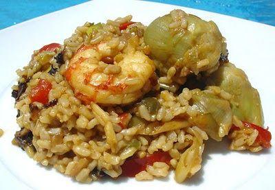 paella de arroz integral 3 vasitos de arroz Integral Brillante, 1 paquete de verduras variadas para sofrito (400 gr.) ya cortadas y preparadas (o las verduras que tengáis sueltas y viudas por la nevera, puerros, alcachofas, calabacín, judías verdes, etc) 8 gambones, 6 dientes de ajo, 1 brick de caldo de pescado (en mi caso uno especial para paella), pimentón, aceite de oliva virgen extra, sal.  preparar como una paella normal