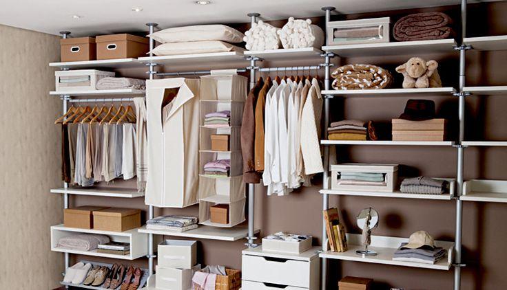 Sugestão de arrumação de closet aberto. Ambientação realizada pela rede Etna, usando, entre outros produtos, caixas Stok Paper kraft Boxmania.