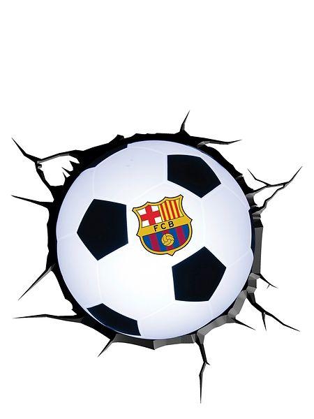 Kekseliäs FC Barcelona -yövalo näyttää seinän läpi syöksyneeltä jalkapallolta! Helposti seinään kiinnitettävä valaisin luo huoneeseen lempeän valon, ja se näyttää upealta sekä ollessaan päällä että pois päältä. Pakkaus sisältää valaisimen, halkeamalta näyttävän tarran, ruuvit, proput ja käyttöohjeet. Korkeus 22 cm. Yli 3-vuotiaille.