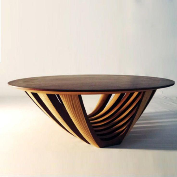 Naranja Table basse  Plateau elliptique sur piètement sculpé,tout en padoucket bouleau.  largeur 80cm profondeur 50cm hauteur 28cm