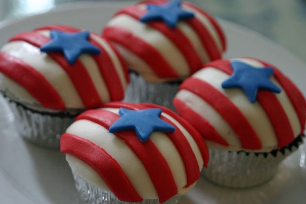 American Flag 4th of July Cupcakes. Make it as big as a cake! http://www.jennyreviews.com/food-and-beverage/big-top-cupcake/
