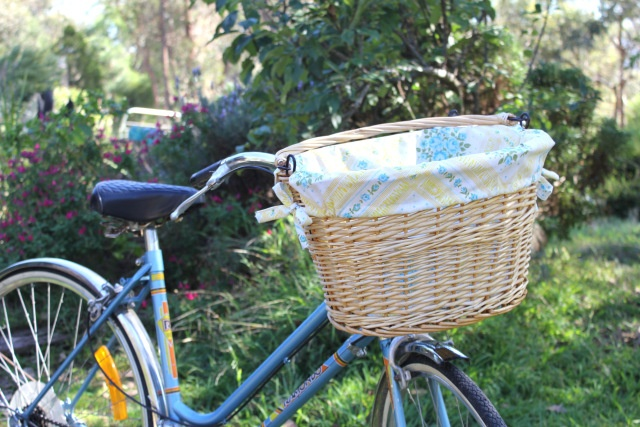 DIY Bike Basket!: Wicker Baskets, Bicycles Baskets Liners Diy'S, Pillowca Bicycles, Diy'S Bike, Crafts Idea, Diy'S Sewing Bags, Bike Baskets Liners Diy'S, Diy'S Pillowca, Baskets Bags