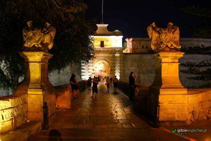 Mdina gate by night. Mdina nocą http://gdziewyjechac.pl/22474/mdina-na-malcie-co-zobaczyc-i-zwiedzic.html