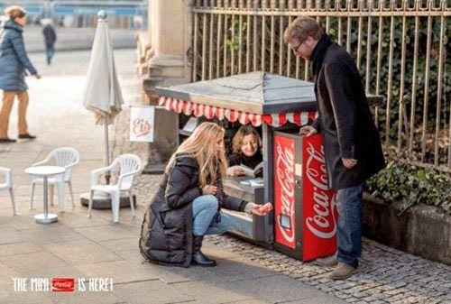 """坂井直樹の""""デザインの深読み"""": 広告なら大きく目立たせることのほうを考えがちですが、反対に小さいから目立って面白いという発想のミニ缶コーラのPRのためのミニサイズのキオスク"""