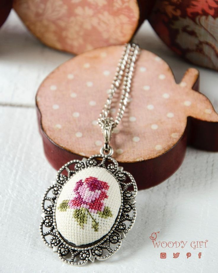 Bir tane daha çiçek motifli etamin kolye  Just one more cross- stitched jewellery #woodygift #crossstitch #crossstitching#crossstitcher #crossstitchland #handmade#jewelry #jewellery #handmadejewelry#embroidery #embroideryart #elyapımı#kanaviçe #kanavice #gül #rose #istanbul#turkey #indirim #flower #gittygidiyor#ebay #çiçek #etamin #kolye #mothersday#anne #annelergünü
