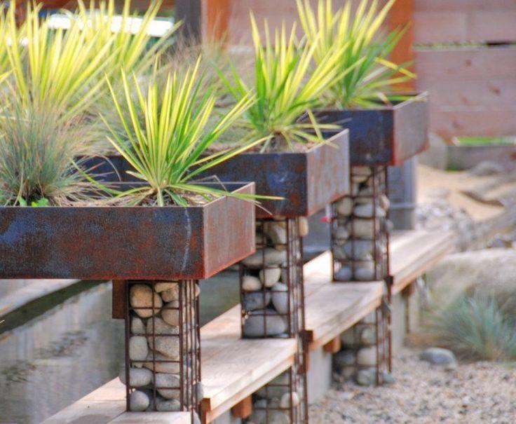 bac à fleurs en acier corten avec un support gabion.  Des jardinières en corten pour mettre sur le haut du mur > forcément sur mesure. Quid de l'évacuation d'eau ?