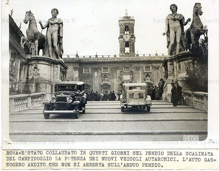 Foto storiche di Roma - Piazza del Campidoglio - Automobili autarchiche ad alimentazione a gassogeno  Anno: Anni '30