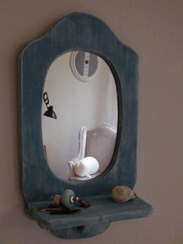 Hippe ouderwetse spiegel, met plankje! Leuk in de hal of op de slaapkamer. Het is een spiegel waarin je 'alleen je hoofd' ziet. Hij is blauw-groenig, en doorgeschuurd zodat je wat wit ziet. De spiegel is verkocht.