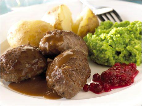 Home made meat cakes in brown sauce. And masche peas.  Kjøttkaker i brun saus med ertestuing. Foto: Astrid Hals