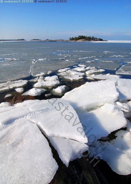 Rantajäät - meri kevät jää jäälautta sulaa jäidenlähtö suomenlahti saaristo kallio Porkkalanniemi