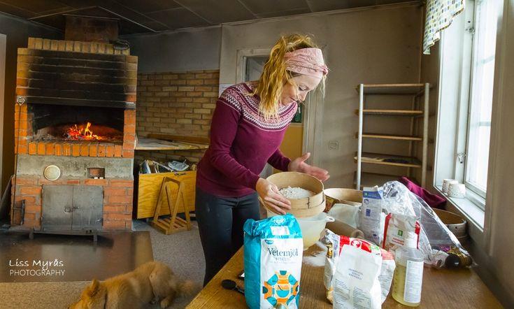 Baking Nordlandslefser in wood fired oven #baking #firewood #oven #vedeldad #vedfyrt #bagarstuga #gottnebygden #bygd #Nordlandslefser #lefser #recipe #oppskrift #recept #tjukklefse #christmasbaking #stove #bakestue #bakinghut #griddlecakes #julebakst #norwegian #traditional #food #winter #cabin #ingredients #baker #bakery