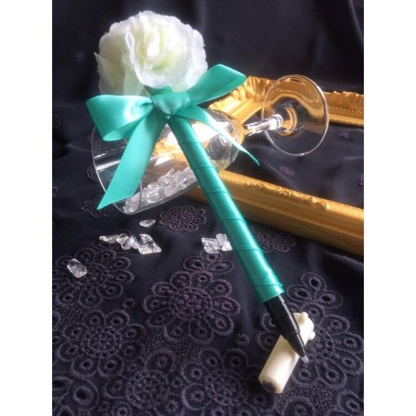 ご覧頂きありがとうございます。ころん♪と可愛いリボンとお花のフラワーペンです。1本飾るだけでウェディングのゲストブック記帳やショップのカードサイン用、受付が華やかになる人気アイテムです♡また お客様の記帳用だけでなく、ちょっとしたお礼品やお誕生日プレゼントとして、ご自宅や職場使いでも幸せ気分になるデザインです。中のペンは書きやすいSAKURAサインペン(ほそ字)で安心してお使い頂けます。インクは水に強く、色褪せしにくい顔料インキを使用した使い切りタイプになります。【素材】 サテンリボン(ティファニーブルー)、アートフラワー(バラ)、ラインストーンサインペン(キャップ付):サクラかきかた硬筆書写用サインペン細字/日本製【サイズ】 およそ17cm(お花部分含む) ※こちらは1本の価格となります。フラワーペン、リボンペン 、ボールペン、受付用ペン、サロン、ショップ、結婚証明書、結婚誓約書、結婚式、挙式、ブライダル、ウェディングアイテム、ウェディンググッズ、ウェルカムスペース、ウェルカムボード、ハンドメイド、オーダーリングピロー、フラワーシャワー、リボンシャワー-------...