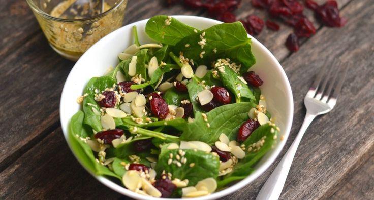 Vörösáfonyás, mandulás spenót saláta recept: Gyors, egészséges saláta recept, mely akár önmagában, akár köretnek is fogyasztható. Próbáld ki! ;)