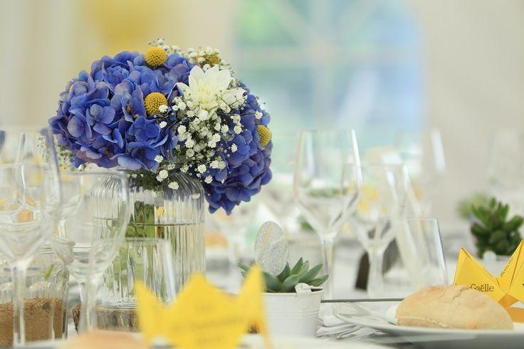 Décoration de table. Bouquet d'hortensia bleu et jaune.