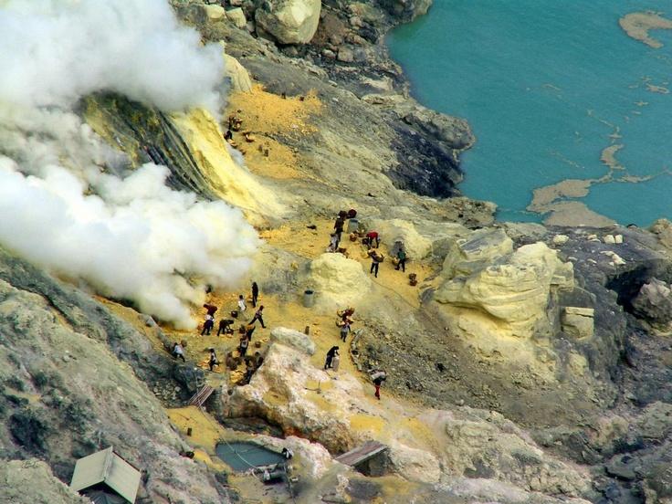 Indonésie: Lac de soufre du volcan Kawa Ijen (Java) / Indonesia: Lake sulfur Kawa Ijen volcano (Java) / Indonesia: el lago de azufre del volcán Kawa Ijen (Java)