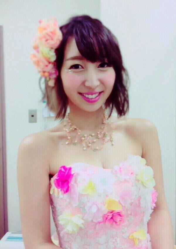 ドレスを着た飯田里穂