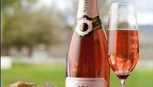 Simonsig Kaapse Vonkel Rose from Simonsig in Stellenbosch, Cape Town is a lovely fruity Methode Cap Classique. I enjoy drinking this in summer ... not only for special occassions.