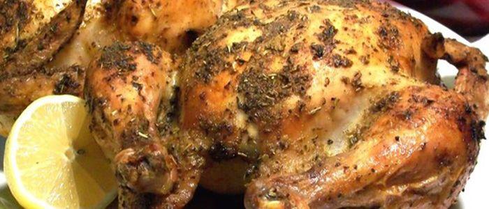 Курица, запеченная с лимоном и травами получается очень сочной и ароматной.