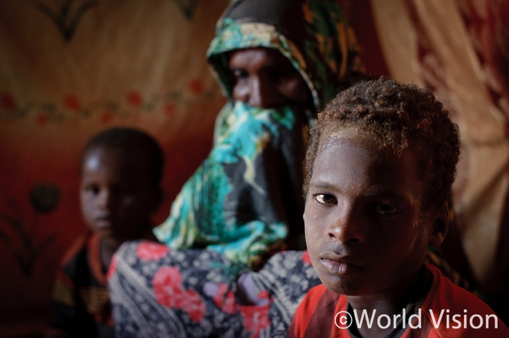 Somalia 2011 ⓒ Jon Warren     소말리아에서 기근을 피해 케냐로 피난 온 지말레. 시력과 청력을 거의 잃어가는   할머니를 도와 매일 가족이 마실 물을 구해오곤 합니다.  아이답지 않은 눈빛이 못내 마음에 쓰입니다.    #worldvision #world vision #charity