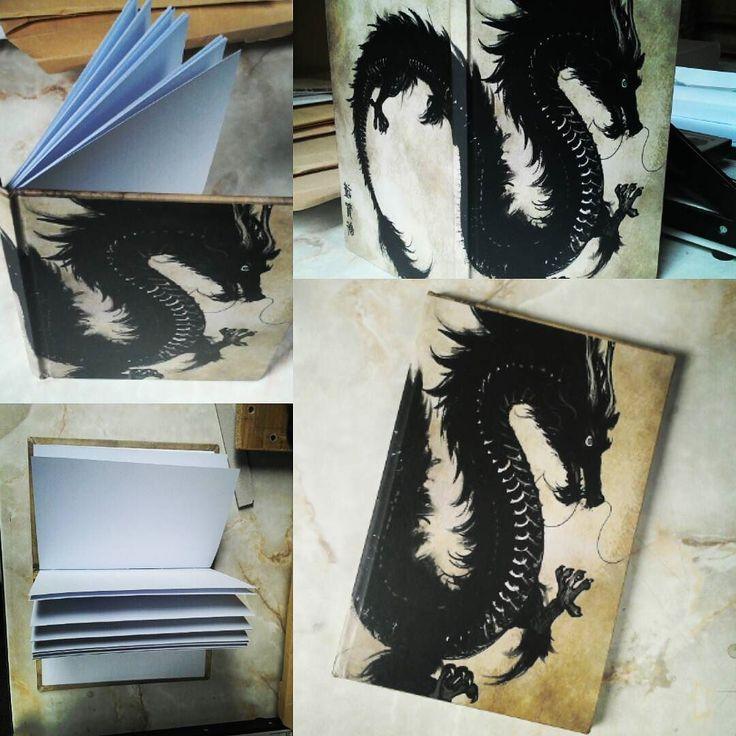 """Querés un """"Cuaderno del Dragón"""" para tus dibujos y notas? Hojas de papel obra de 150 granos tapa dura hecho artesanalmente. Eterno."""
