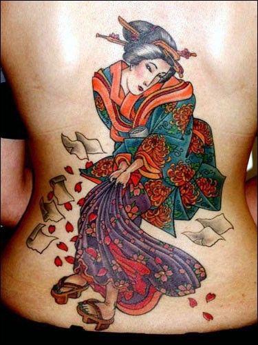 Tatuaggio giapponese raffinato sulla schiena. I disegni più tipici del Giappone sono senza dubbio i fiori di ciliegio, tatuaggi con fiori di loto, fiori di acero, carpe e geishe. Vediamo insieme tantissimi tatuaggi diversi perfetti come
