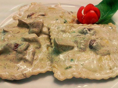 Ravioloni ai funghi all aroma di tartufo.