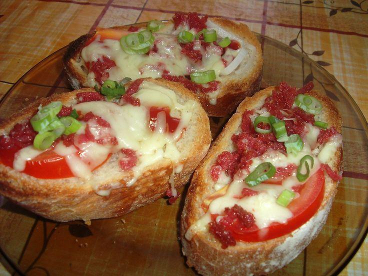Křupavé chlebíčky obráceně                      Poličan a sýr nastrouháme na hrubém struhadle. Na plech s pečícím papírem poklademe nakrájenou bagetu, na kterou poklademe na plátky nakrájené...