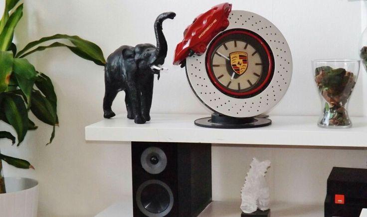 """Ingrédients:   Un disque de frein purement transformé avec une bonne dose  de créativité. Ajoutez un look sportif  complètement tiré de véhicule spectaculaires . Prenez le temps de bien finioler et vous obtiendrez un magnifique horloge Design . """"Made in Art-Santos"""