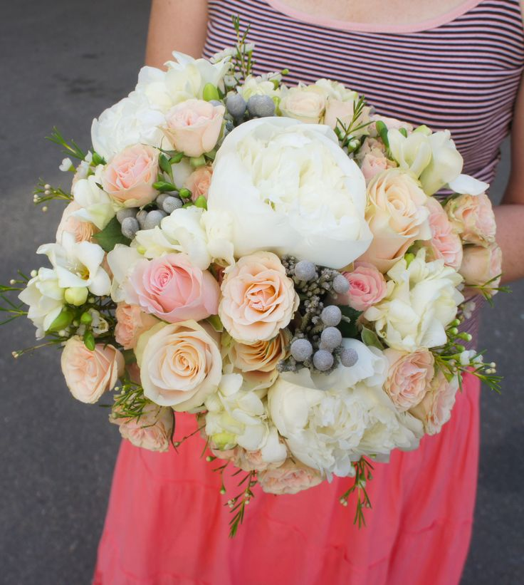 Очаровательный букет для нашей невесты! #оригинальныйбукет #цветыкиев #цветыдоставка #букеткиевдоставка #подарки #флористика #оформлениепраздников #букетневесты #даритьцветы #красивыйбукет