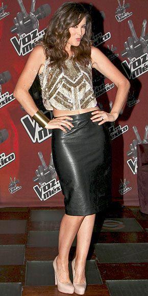 JACKY BRACAMONTES    Jacqueline Bracamontes será la nueva conductora de La voz…  México (Televisa), que se estrena el próximo 9 de septiembre. La noticia se dio a conocer durante una rueda de prensa en la que la actriz mexicana lució espectacular.