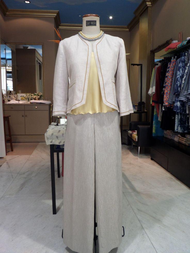 Chaqueta de lino color tiza, top satén y pantalon palazzo. Impecable!