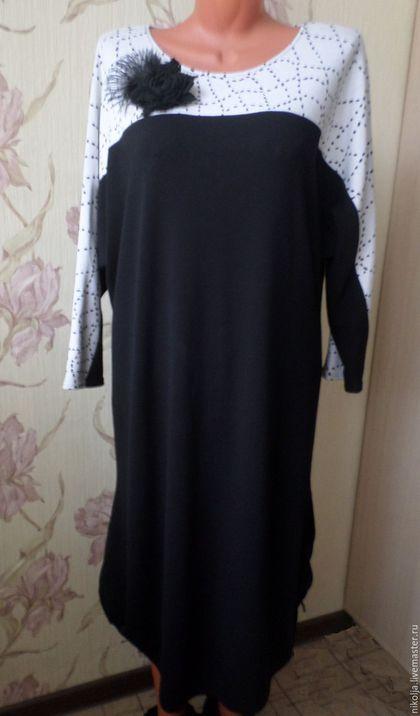 Купить или заказать Платье трикотажное И в пир, и в мир платье праздничное черное платье в интернет-магазине на Ярмарке Мастеров. Платье трикотажное черное крой 'летучая мышь'. Украшено брошью ручной работы. Строгое и одновременно нарядное, в таком платье можно пойти и в офис, и на концерт, и в гости. Свободный силуэт, расклешенный от талии и собранный снизу с двух сторон на резиночках, рукав 3/4. Такой фасон подойдет и для беременных. Подходит на рост 166-172. Состав: шерсть, вискоза…