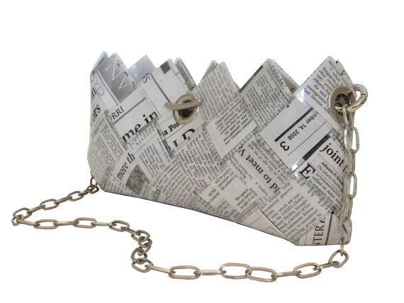 Clutch / Abendtasche News / Recycelte Zeitung / Papier Tasche / Eco Tasche / Kette / Schwarz Weiss / Geflochten    Diese niedliche Clutch ist aus recyceltem Papier von Italienischen Tageszeitungen hergestellt. Die Seiten werden in Streifen geschnitten, laminiert und handgeflochten um so eine sehr robuste und wasserdichte Tasche zu erhalten.    Sie verfügt über einen Ketten-Schloss und bietet Platz für Ihr Handy, Bargeld und Kreditkarten. Es hat eine Kettenlasche und kann als der…