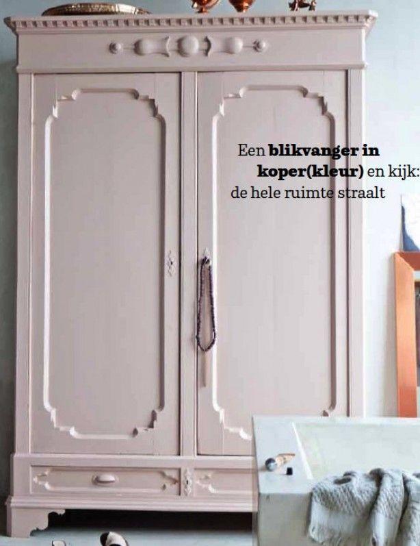 Kast geschilderd in de kleur skin powder van Pure & Original. Met een lichtoud groene achterwand. Cedante.nl