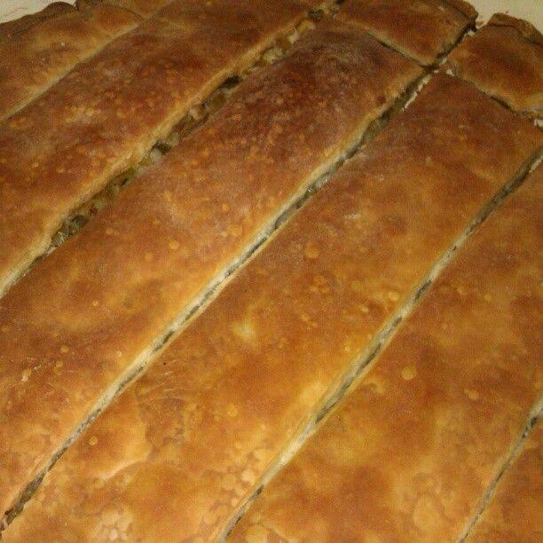 Yozgat yemekler i- Altüst böreği  Bolu'da da aynı isimle yapılan altüst böreği, elde hazırlanmış iki hamurun şekilden şekle sokulmasıyla hazırlanır. Hafta sonu kahvaltılarının en sevilen başrolüdür.