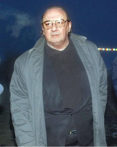 """Vasile Ianul, fostul preşedinte al clubului de fotbal Dinamo Bucureşti, a murit azi noapte la Spitalul de Boli Infecţioase """"Sf Parascheva"""" din Iaşi.    Bărbatul a fost diagnosticat cu gripă porcină tip B, era intubat de mai bine de o săptămâna la Terapie Intensivă şi suferea de mai multe boli. Vasile Ianul, în vârstă de 68 de ani, a fost diagnosticat cu diabet, obezitate mórbidă, afecţiuni cardiace, iar gripa de tip AH1N1 i-a agravat starea de sănătate."""