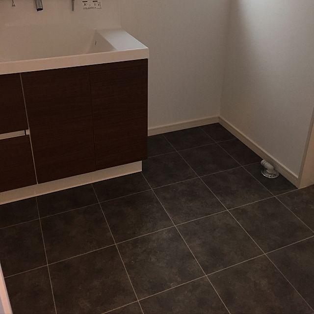 女性で、の組石グレー/記録用/マイホーム建築中/30坪/リリカラ/壁紙…などについてのインテリア実例を紹介。「洗面所のクッションフロアもサンゲツ。 洗面台は幅90cmのクリエモカ。 白にしようか迷ったけど、この木目にして良かった。 1階トイレと洗面台はシンプルモダンに。」(この写真は 2016-12-17 22:03:49 に共有されました)
