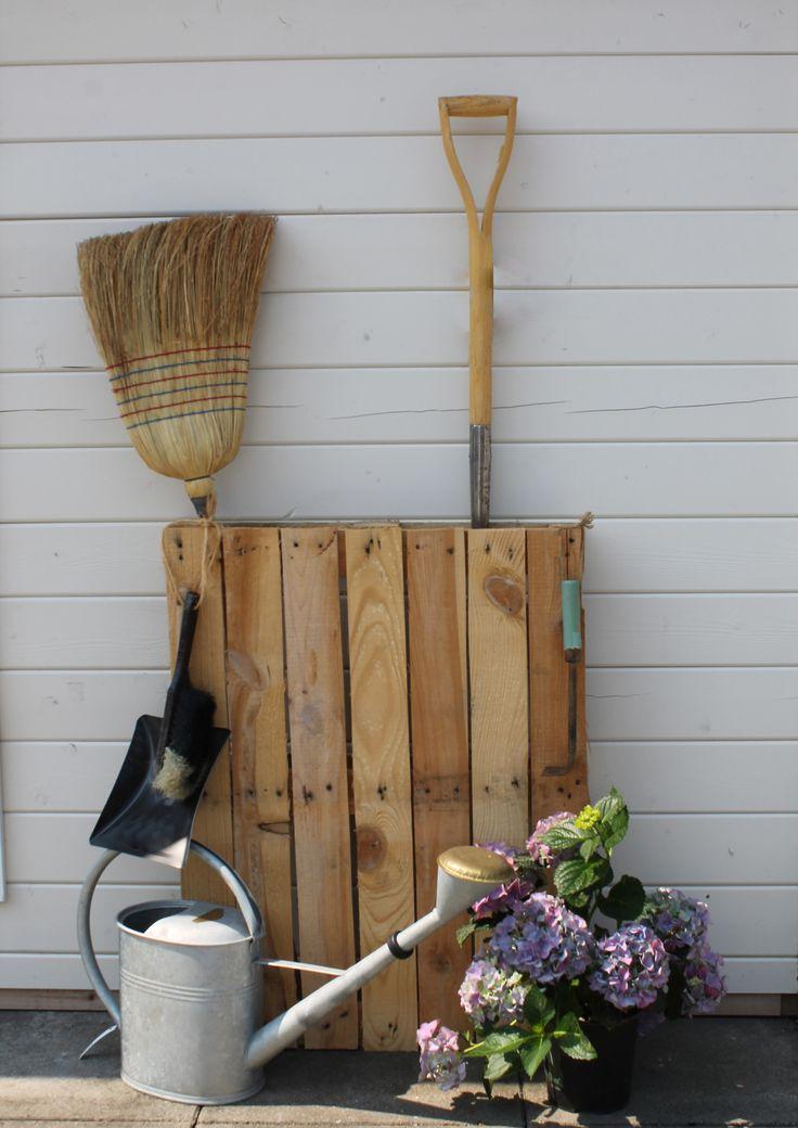 Wir geben Ihnen Tipps, wie Sie mit Fahrrädern an der Wand oder Gepäckspannern als Ball-Regal Ordnung in Ihr Gartenhaus bringen und für mehr Stauraum sorgen.