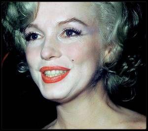 Le mardi 8 juillet 1958 / Photos Roger MARSHUTZ... Marilyn arriva à Los Angeles, avec Paula STRASBERG et May REIS, sa secrétaire. C'était sa première apparition à Hollywood depuis « Bus stop ». Les 200 photographes et les journalistes furent éblouis par les cheveux blond platine de Marilyn, son chemisier de soie blanche, sa jupe blanche, ses chaussures blanches et ses gants blancs. Cela faisait deux ans qu'ils ne l'avaient pas vu mais ils la trouvèrent néanmoins « franchement potelée »…