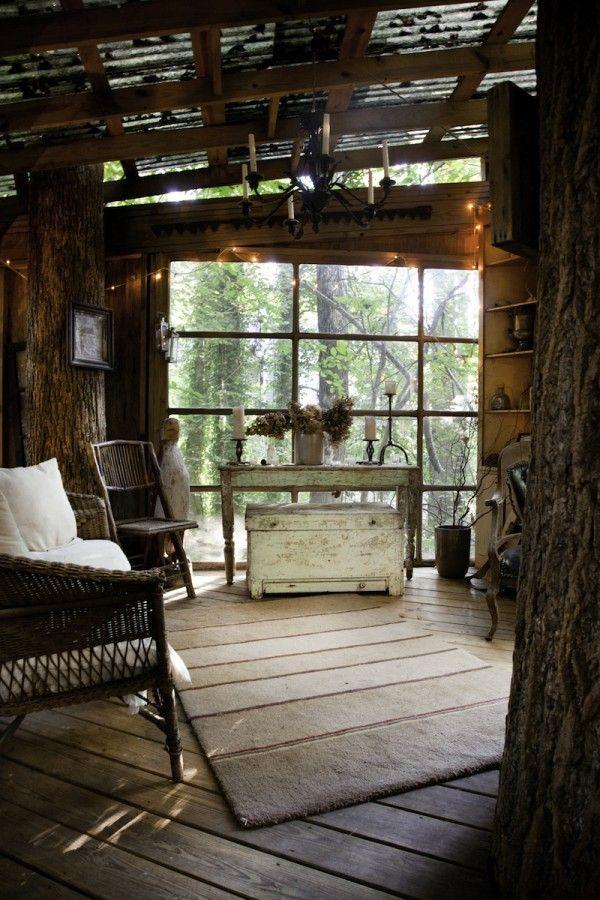 Peter Bahouth n'est pas un architecte comme les autres. Inspiré par un souvenir d'enfance marquant, il s'est lancé dans la construction d'une maison perchée dans les arbres. Le résultat est bluffant !  La maison se compose de trois chambres à coucher. Chaque chambre est montée sur un arbre séparé. Elles sont reliées ensemble au moyen de ponts suspendus. Dans la méthode de construction, Bahouth a axé ses priorités pour un impact environnemental minimal.     La maison dispose de...