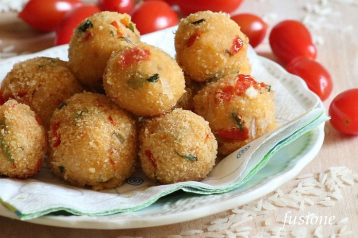 Le polpette di riso basmati sono uno sfizioso antipasto finger food ma possono convertirsi in un secondo piatto molto leggero e saporito per la vostra cena.