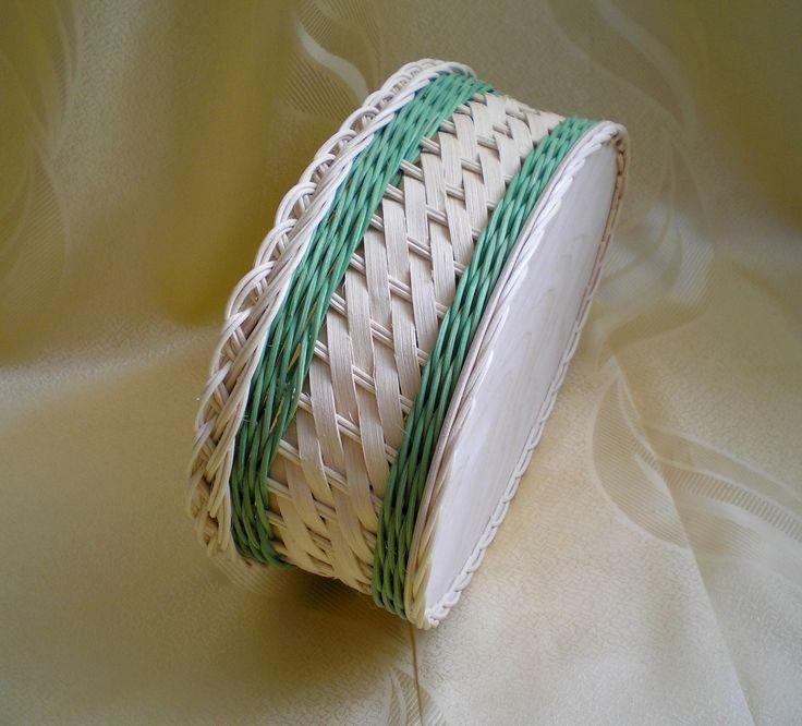 Letní košíček Košíček pletenýz přírodního a barevného pedigu s výpletem z šény přírodní barvy. Dno je z překližky. Rozměry dna 29 x 19 cm. Výška košíčku10 cm.