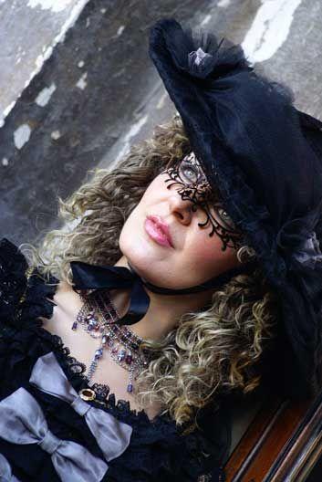 Donna con trucco e mascherina di pizzo al Carnevale di Venezia 2011