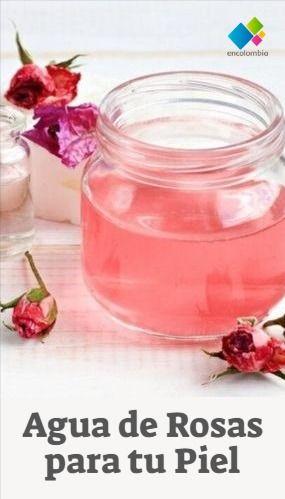 El agua de rosas tiene muchas propiedades y beneficios para nuestra piel, tiene propiedades suavizantes, relajantes, calmantes, antiinflamatorias y antisépticas.  En las tiendas de belleza fácilmente la puedes encontrar, pero la buena noticia, es que puedes hacer tu propia agua de rosas, más adelante te contamos cómo hacerlo.   Más Consejos de Estética AQUÍ ¿Cómo Usar el Agua de Rosas? Tips Belleza, Skincare, Make Up, Beauty, Chill Pill, Natural Beauty Recipes, Natural Beauty Hacks, Beauty Supply Store, Rose Water