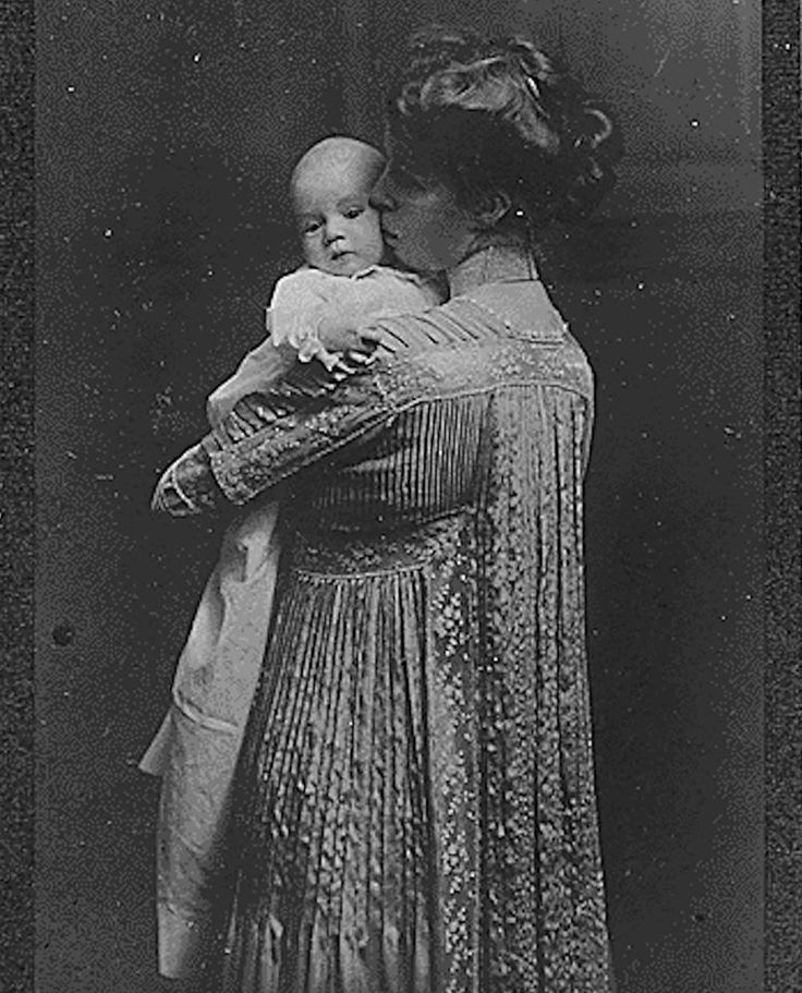 A rare photograph of Eleanor Roosevelt with her infant daughter Anna, 1906.