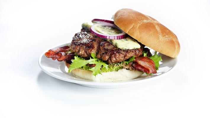 Burger med bacon og blåmuggost - Kos - Oppskrifter - MatPrat